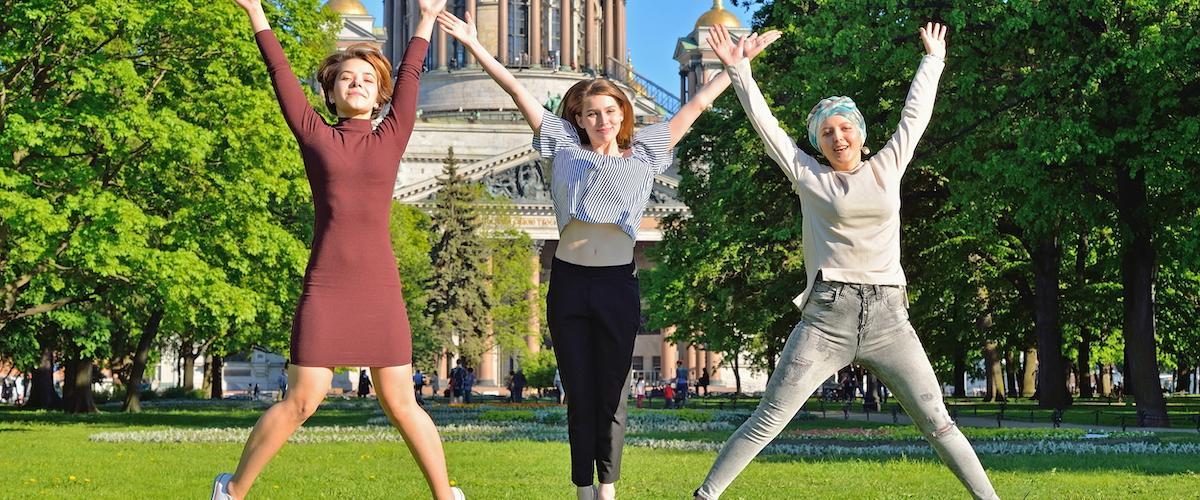 Naiset Kazanin katedraalin edessä_Lähialuematkat