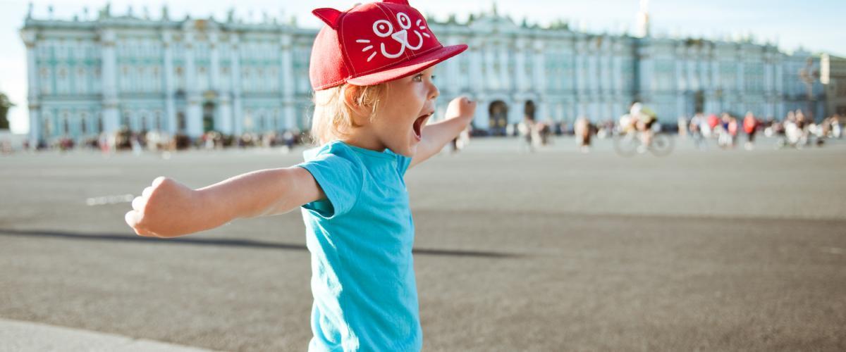 Pieni poika Palatsinaukiolla Pietarissa I Lähialuematkat