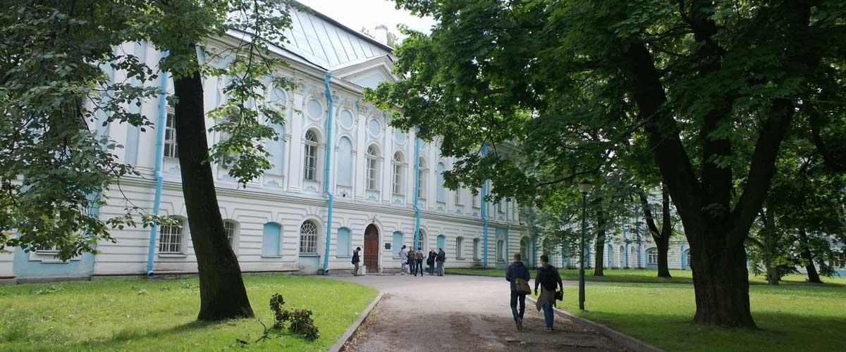 Pietarin valtionyliopisto Smolnassa
