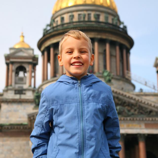 Poika Pietarissa Kazanin kirkon edessä I Lähialuematkat